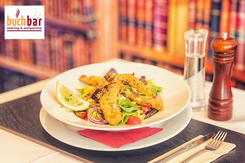 Hühnerstrefen in Kürbiskernpanade auf buntem Salat